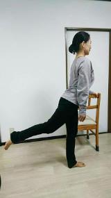 (5) 同様に右脚を後ろに伸ばし