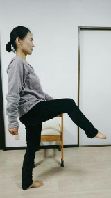 (4) 右膝を引き上げ・・・